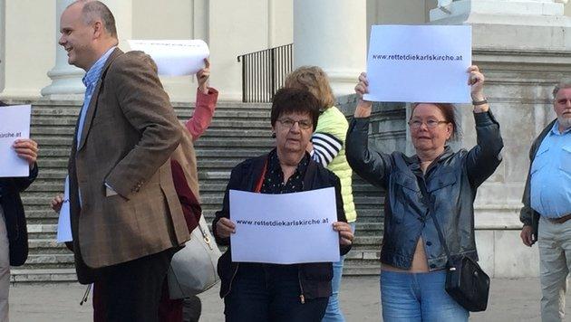"""Demo vor Karlskirche: """"Nein zum Glasmonster"""" (Bild: Robert Herbst)"""