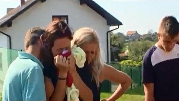 Freunde der Frau trauern am Tatort in Prnjavor. (Bild: Kronen Zeitung)