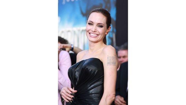 Auf Jolies linkem Oberarm finden sich die Koordinaten der Geburtsorte von Brad und den Kindern. (Bild: Viennareport)