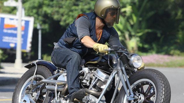 Brad Pitt am Motorrad (Bild: Viennreport)