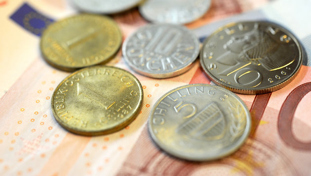 Alle Österreicher zahlen mit Euro, viele horten aber noch den Schilling zu Hause. (Bild: APA/ROLAND SCHLAGER)