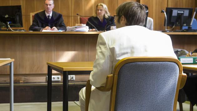 Der Angeklagte Alen R. im wei�en Anzug vor Gericht (Bild: APA/Erwin Scheriau/APA-Pool)