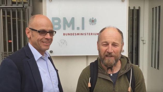 Roland Düringer mit seinem ersten Parteimitglied vor dem Innenministerium (Bild: YouTube.com/orlando furioso)