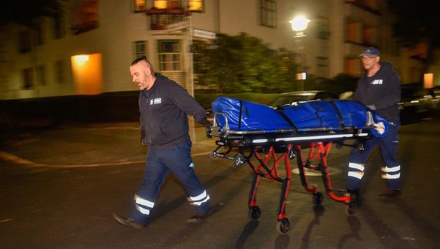 Abtransport einer Leiche aus der Wohnung des Politikers (Bild: ASSOCIATED PRESS)