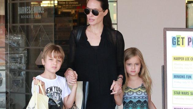 Angelina Jolie mit den Zwillingen Knox und Vivienne (Bild: Viennareport)