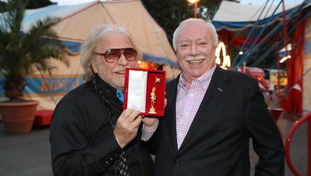 Bernhard Paul erhielt den Goldenen Rathausmann von Michael Häupl. (Bild: Kristian Bissuti)