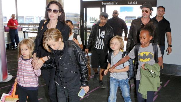 Angelina Jolie und Brad Pitt mit den Kindern am Airport LAX (Bild: Viennareport)