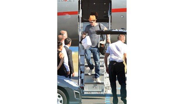 Brad Pitt verlässt 2014 in Nizza seinen Privatjet (Bild: Viennareport)