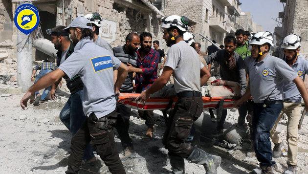 """Die """"Wei�helme"""" der Syrian Civil Defense bei der Arbeit (Bild: Syrian Civil Defense White Helmets)"""