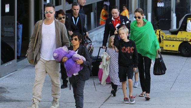 Brad Pitt und Angelina Jolie mit den Kindern (Bild: Viennareport)