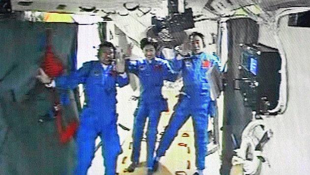 """Ein Foto aus dem Inneren von """"Tiangong-1"""" mit den drei Astronauten am 18. Juni 2012 (Bild: AFP)"""