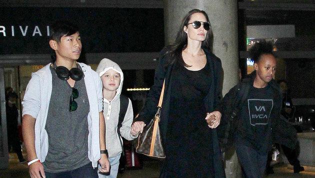 Angelina Jolie mit Maddox, Shiloh und Sahara am Flughafen LAX von Los Angeles (Bild: Viennareport)