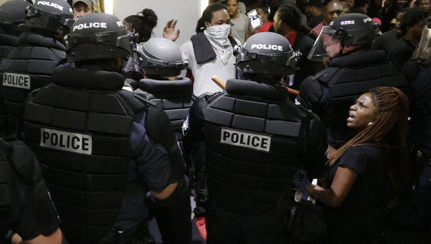 USA: Wilde Proteste nach t�dlichen Polizeisch�ssen (Bild: The Associated Press)