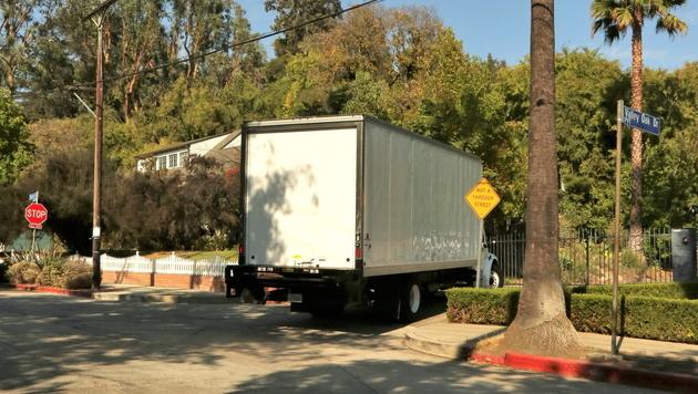Die Umzugswagen wurden von Jolie zur Villa nach Los Angeles bestellt. (Bild: Viennareport)