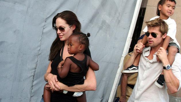 Angelina Jolie und Brad Pitt mit ihren Adoptivkindern (Bild: AP)
