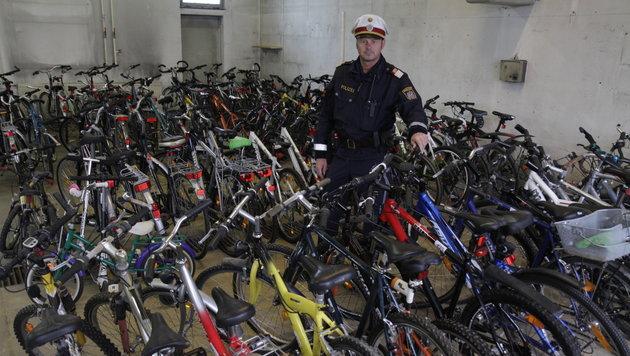Die Ottensheimer Polizisten versuchen nun, Diebsgut zuzuordnen. (Bild: Markus Schütz)
