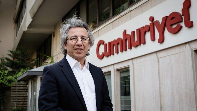 "Can Dundar vor dem ""Cumhuriyet""-Hauptquartier in Istanbul (Bild: APA/AFP/Cumhuriyet/Vedat Arik)"