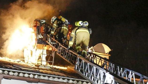 Der Atemschutztrupp auf der Feuerwehr-Drehleiter (Bild: Markus Tschepp)