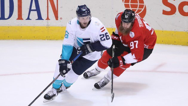 Thomas Vanek (links) im Zweikampf mit Kanadas Joe Thornton. (Bild: Getty Images)