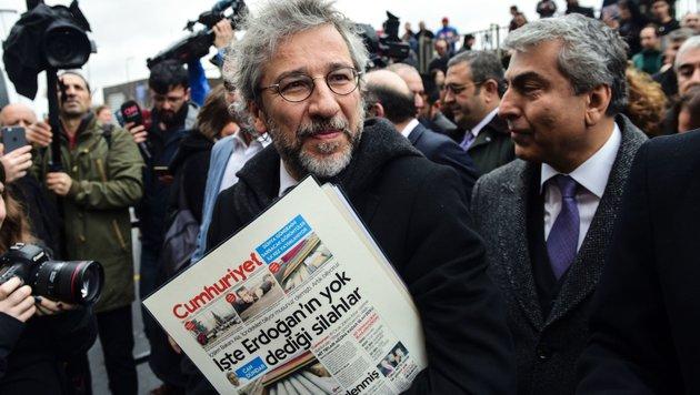 Can Dundar (Mitte) und Erdem Gül (rechts) (Bild: APA/AFP/Bulent Kilic)