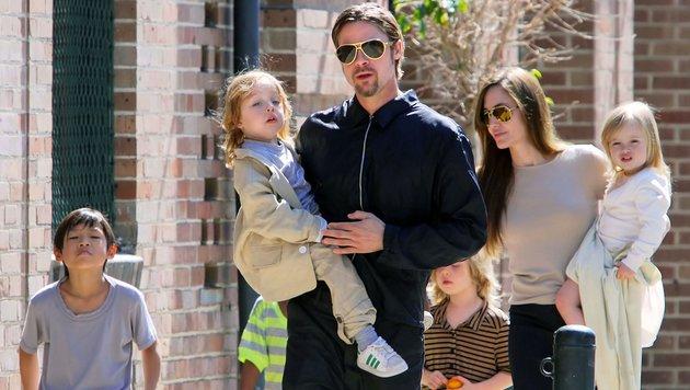 Brad Pitt und Angelina Jolie mit ihren sechs Kindern im Jahr 2011 bei einem Ausflug in New Orleans (Bild: Viennareport)