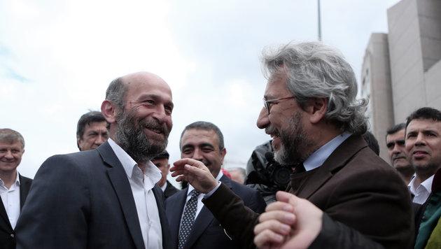 """Der Leiter des Hauptstadtbüros von """"Cumhuriyet"""", Erdem Gül, und Ex-Chefredakteur Can Dündar (Bild: AP)"""