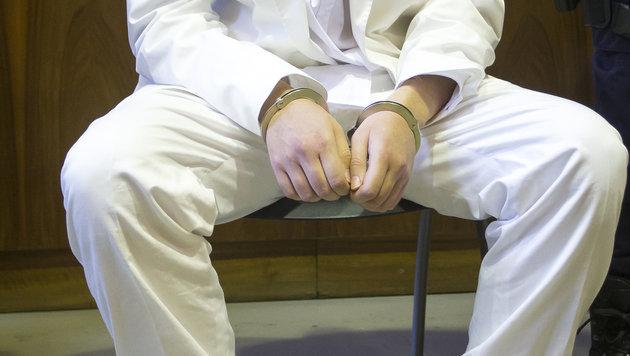 Alen R. im weißen Anzug vor Gericht (Bild: APA/ERWIN SCHERIAU/APA-POOL)