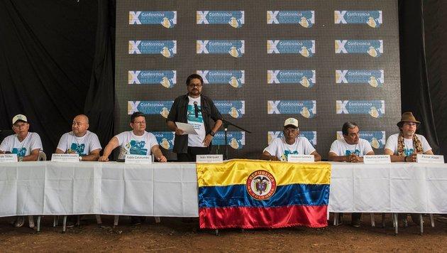 Kolumbien: FARC-Rebellen nehmen Friedensvertrag an (Bild: APA/AFP/Luis Acosta)