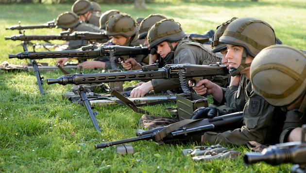 Neue Panzer und Jets: Heer r�stet im Eiltempo auf (Bild: APA/Roland Schlager)