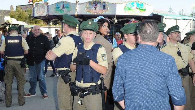 30 Polizisten waren angeblich notwendig, um Micaela Schäfer in Decken zu hüllen. (Bild: babiradpicture/Chr.Stiefler)