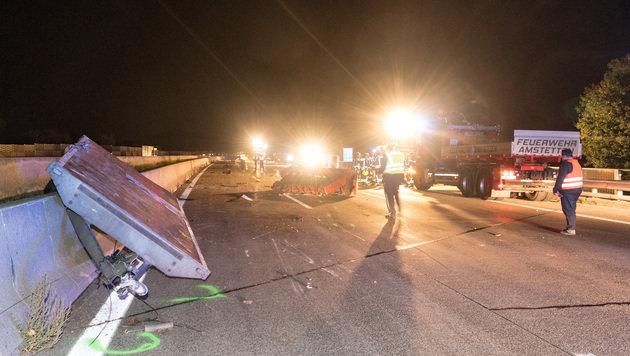 Die Westautobahn musste für mehrere Stunden gesperrt werden. (Bild: APA/FOTOKERSCHI.AT/WERNER KERSCHBAUMMAYR)