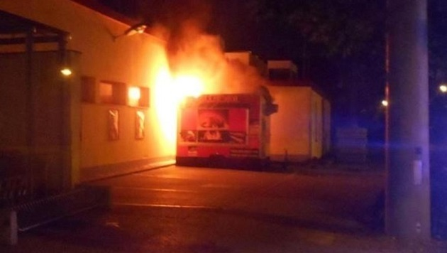Die Imbiss-Bude brannte komplett aus, der Schaden ist groß. (Bild: Polizei)