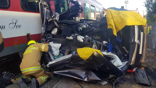 Der Pkw wurde von dem Zug erfasst, mitgerissen und völlig demoliert. (Bild: APA/FEUERWEHR MITTERSILL)