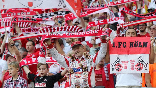 K�ln-Fans blockieren Leipzig-Bus vor Stadion (Bild: GEPA)