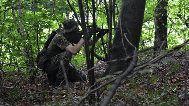 """Im Tarngewand und mit täuschend echten Waffenattrappen streifen die """"Spieler"""" durch den Wald in NÖ. (Bild: Airsoftsportverein Gloggnitz)"""
