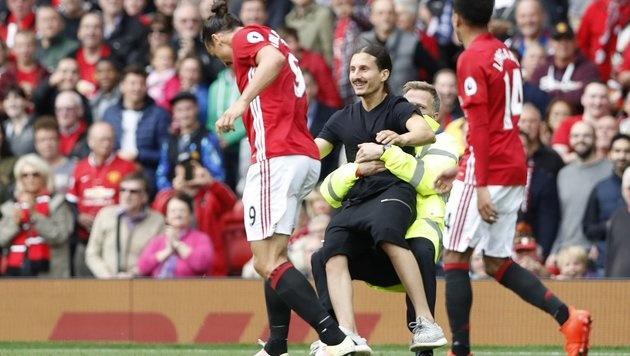 Nach dem Sieg von ManU gegen Leicester stürmte ein Mann, der wie Ibrahimovic aussah, auf den Platz. (Bild: twitter.com)