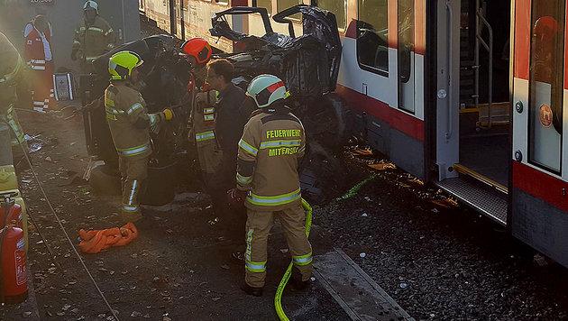 Pkw-Lenker und Beifahrerin wurden im Wrack eingeklemmt, für die Frau kam jede Hilfe zu spät. (Bild: APA/FEUERWEHR MITTERSILL)