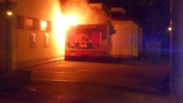 Der Imbisstand brannte lichterloh. (Bild: Polizei)