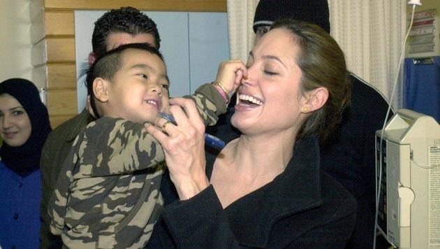 Angelina Jolie mit dem noch sehr kleinen Maddox in einem Kinderspital im Libanon (Bild: Viennareport)
