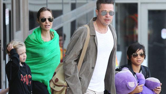 Brad Pitt und Angelina Jolie mit ihren Kindern (Bild: Viennareport)