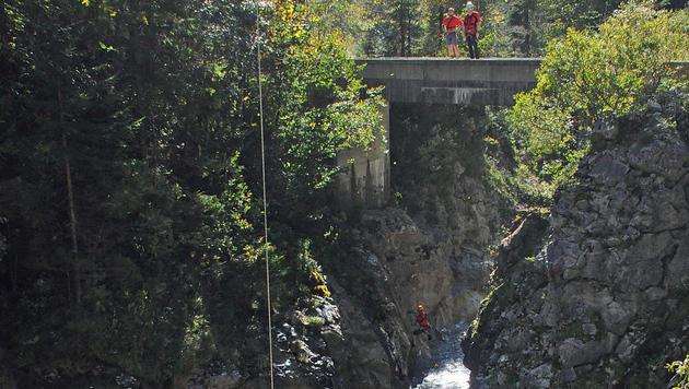 15 Meter tief stürzte der Radfahrer ins Bachbett. (Bild: Zoom-Tirol)