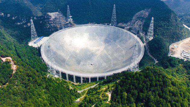 China nimmt weltgrößtes Radioteleskop in Betrieb (Bild: AP/Xinhua/Liu Xu)