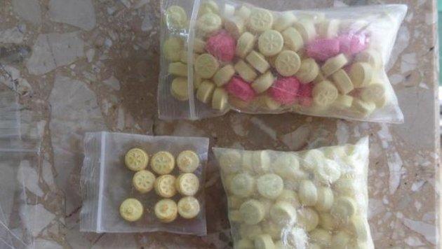 210 Ecstasy-Tabletten konnten in der Wohnung des Bosniers in Lehen  sichergestellt werden. (Bild: Polizei)