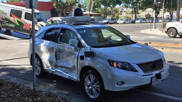 Lieferwagen rammt Googles Robo-Auto: Blechschaden (Bild: twitter.com/KTVU)