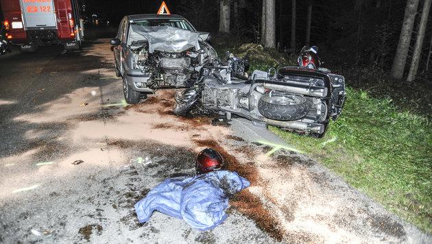 Der Wagen und das Motorrad wurden komplett demoliert. (Bild: APA/WWW.ZEITUNGSFOTO.AT)