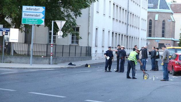 Die Polizei am Tatort: Hier wurde ihr Kollege schwer verletzt. (Bild: ZWEFO)