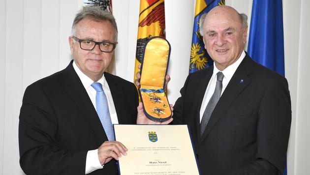Pröll (re.) ehrte Niessl mit dem Goldenen Komturkreuz mit dem Stern. (Bild: NLK Reinberger)