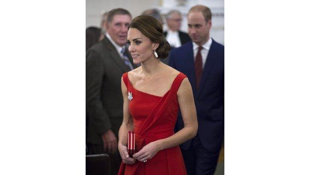 Herzogin Kate in einem roten Kleid Thornton Bregazzi (Bild: Viennareport)