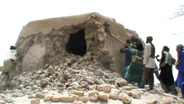 Eine Szene aus dem Video, das die Islamisten bei ihrer Zerstörung zeigt. (Bild: STR/AFP/picturedesk.com)