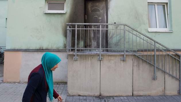 Die erste Explosion ereignete sich an der Eingangstür der Moschee im Dresdner Stadtteil Cotta. (Bild: APA/AFP/dpa/SEBASTIAN KAHNERT)